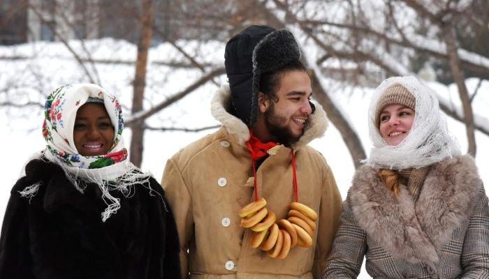В Барнауле африканцы устроили на Масленницу  фотосессию в валенках под березой
