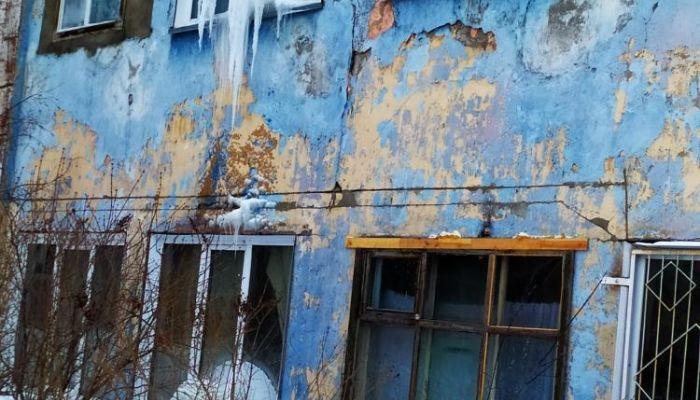 Никому не нужны: в Бийске жители аварийного и бесхозного дома бьют тревогу