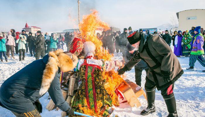 Пилили бревно и дрались подушками: как прошла Сибирская Масленица на Алтае