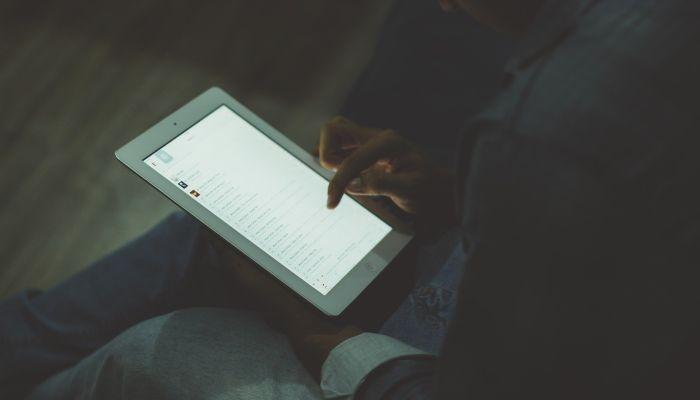Учителя и медработники получат планшеты с российским ПО
