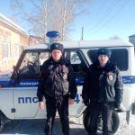Двое алтайских полицейских спасли детей из задымленной и залитой водой квартиры