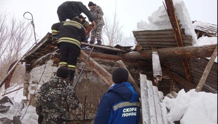 Алтайские спасатели вытащили мужчину из-под обломков рухнувшего чердака