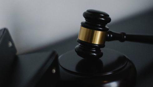 Суд отпустил бывшего студента, убившего женщину-охранника вуза на Алтае