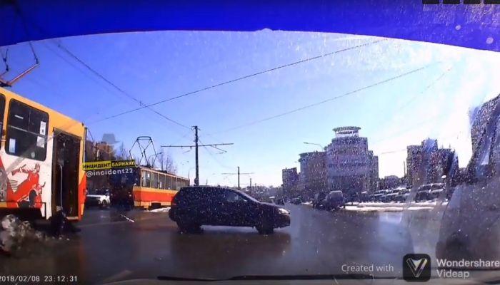 Трамвай без водителя вылетел на перекресток в Барнауле