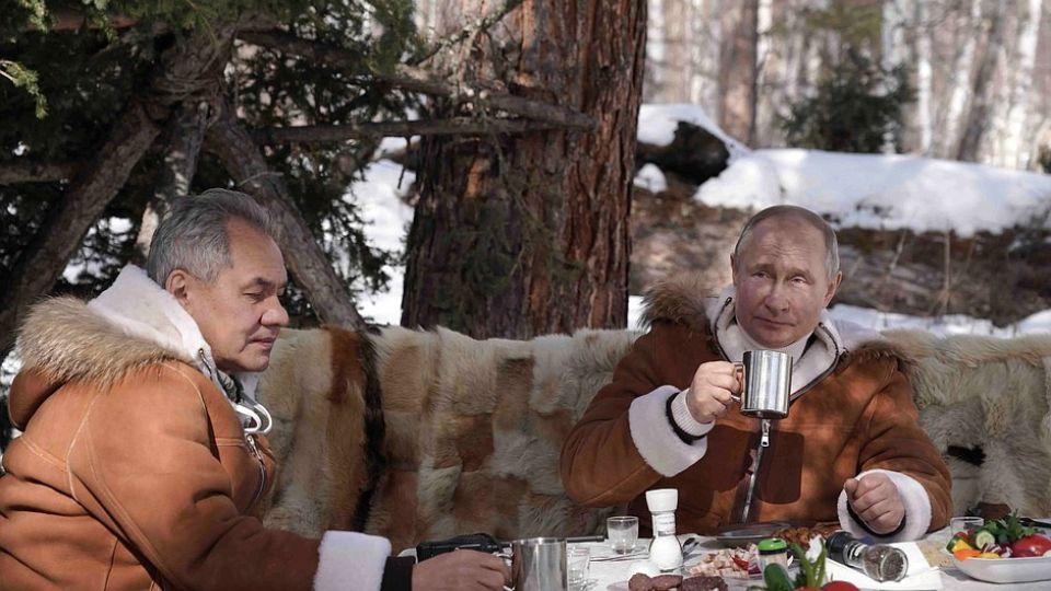 Владимир Путин и Сергей Шойгу на отдыхе в тайге