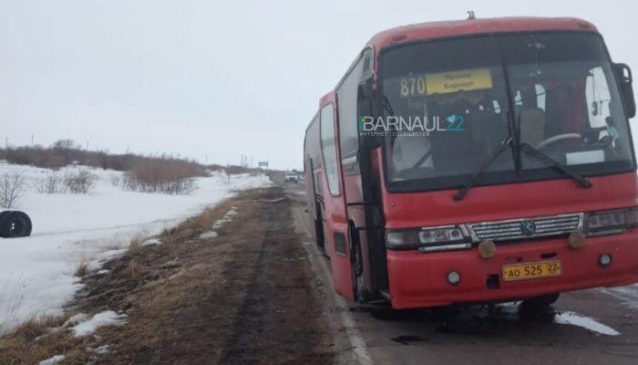 На Алтае пассажиров рейсового автобуса высадили на трассе из-за поломки