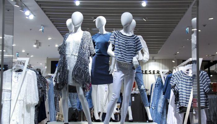 В российских магазинах взлетят цены на одежду и обувь