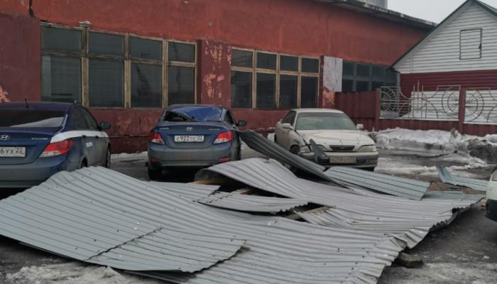 Сильный ветер снес часть кровли со здания в Барнауле