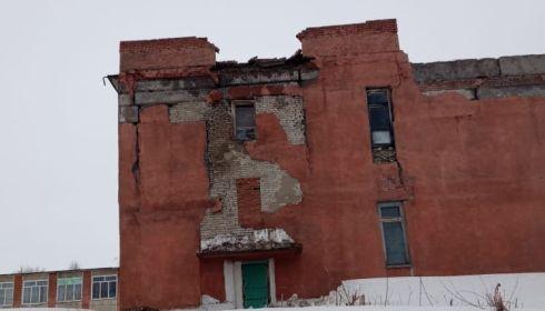 Часть стены обрушилась в здании школы в Алтайском крае