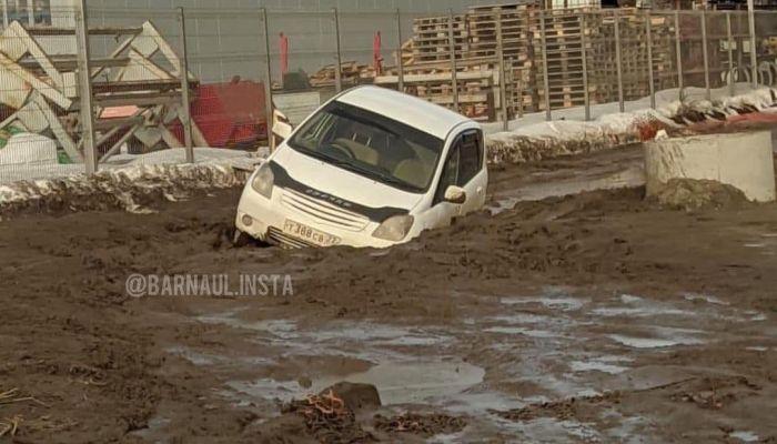 Жители барнаульского квартала Адмирал тонут в грязи