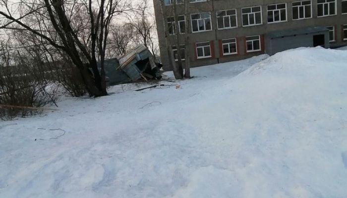 В Бийске сильный порыв ветра снес кровлю с училища