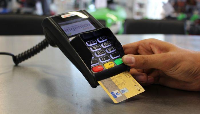 Доля безналичных платежей в магазинах увеличилась до 76%