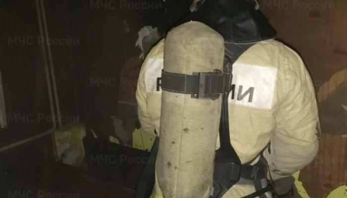 Девять человек эвакуировали из горящей многоэтажки в Рубцовске