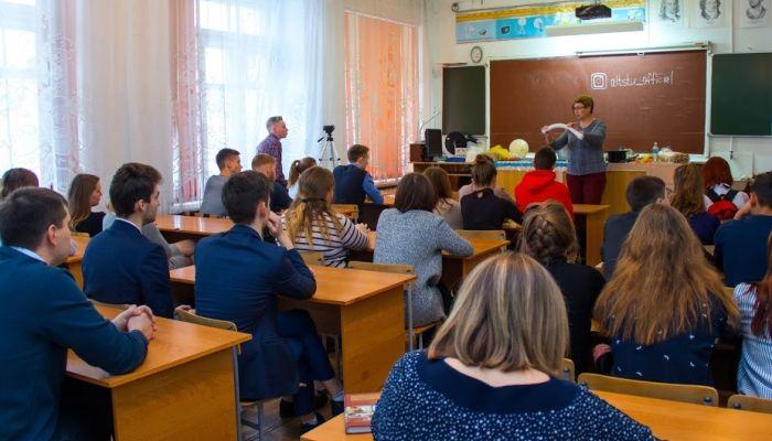 Алтайская учительница бросила работу, не вернув 2 млн рублей подъемных