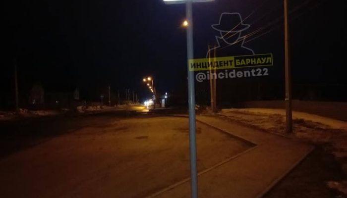 В Барнауле дорожный знак вкопали прямо посреди тротуара