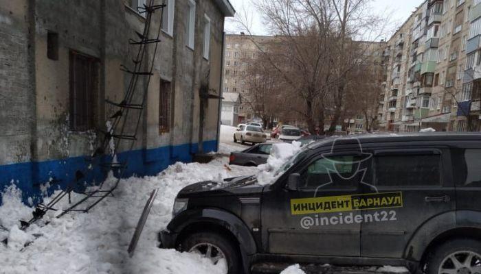В Барнауле снег с крыши бойлерной сошел на внедорожник