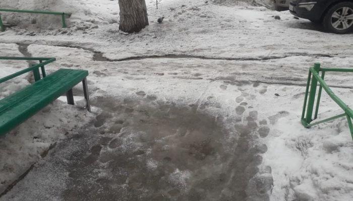 В центре Барнаула талые воды затопили подъезд пятиэтажки