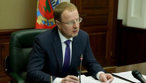 Томенко устроил разнос чиновникам за снег во дворах после прогулки по Барнаулу