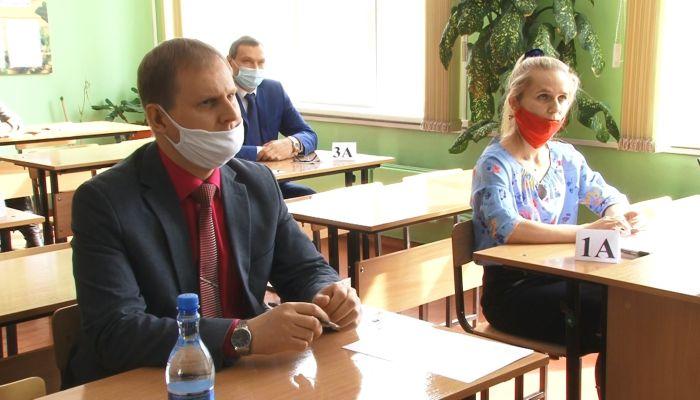 Родители выпускников и алтайский министр сдали ЕГЭ по русскому языку