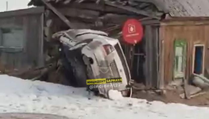 Таксист воткнулся в частный дом в алтайском селе