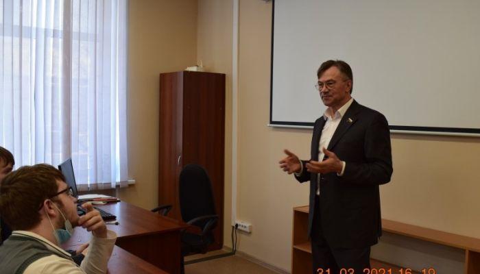 Александр Терентьев обсудил с барнаульскими студентами троечников и выборы