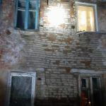 Часть стены жилого дома обрушилась ночью в Барнауле