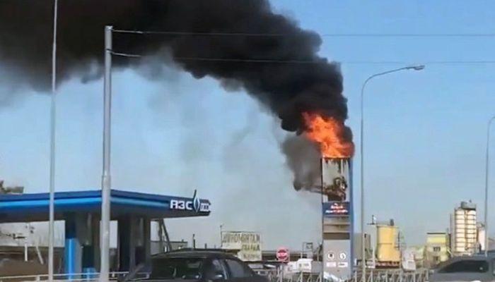 На выезде из Новосибирска стела на АЗС превратилась в факел