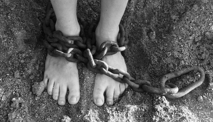 Жительница Ростовской области держала дочь на привязи и морила голодом