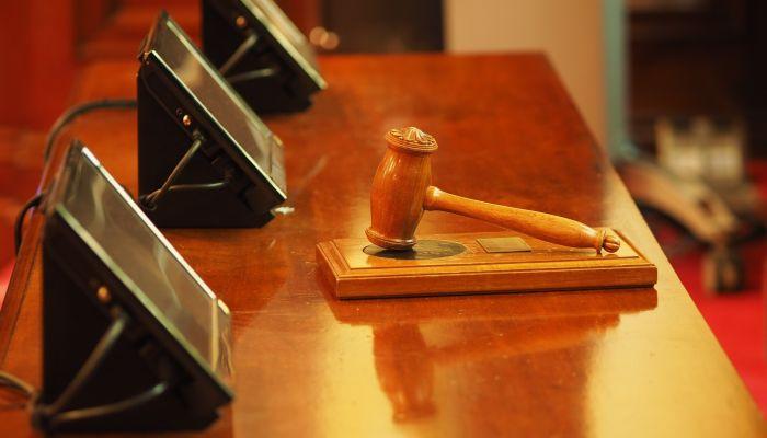 Штраф и условку присудили бывшему алтайскому налоговику за крупную взятку