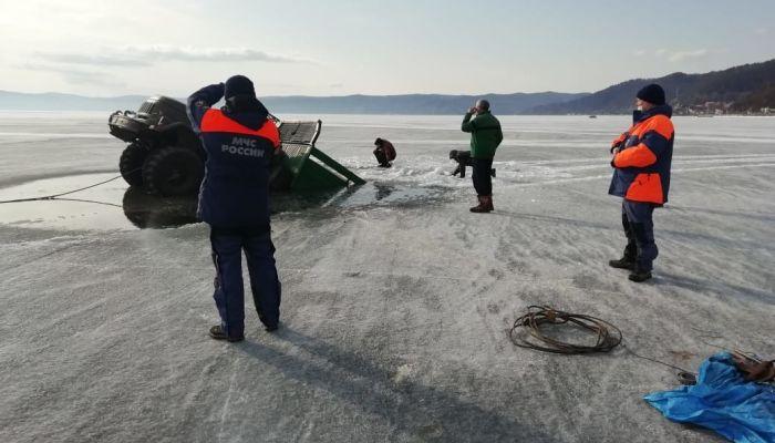Два грузовика провалились под хрупкий лёд на Байкале