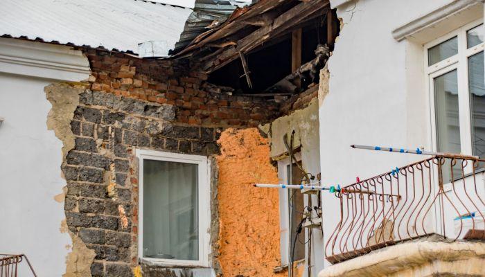 Зону ЧС ввели в радиусе пяти метров от аварийного дома в Барнауле