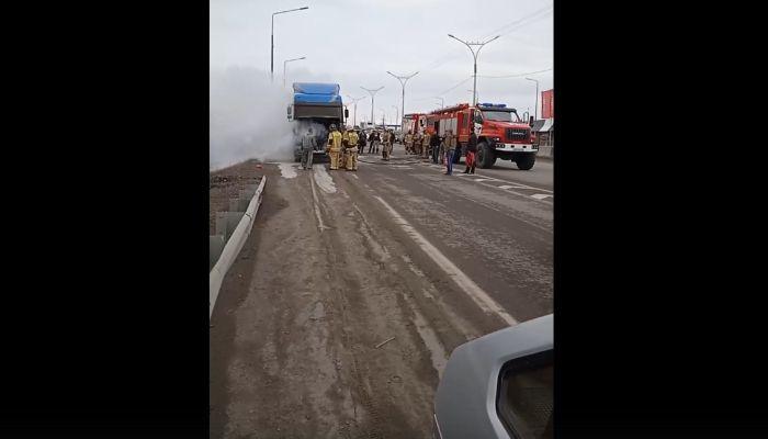 Кабина фуры загорелась днем на трассе в Алтайском крае