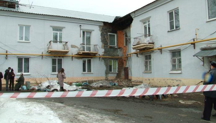 Режим ЧС: жильцов дома в Барнауле эвакуировали из-за обрушения фасада