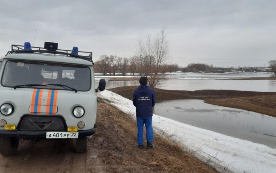 На Алтае ограничили движение по дороге из-за разлива талых вод