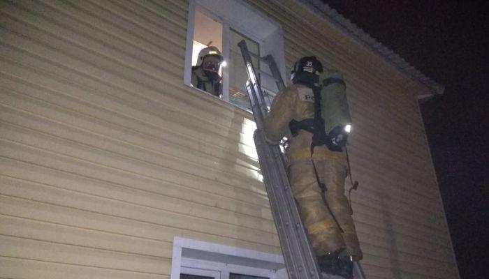 При пожаре в двухэтажном доме Заринска погиб мужчина