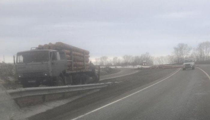 Пункт назначения: на Алтае растерянные лесовозом бревна протаранили грузовик