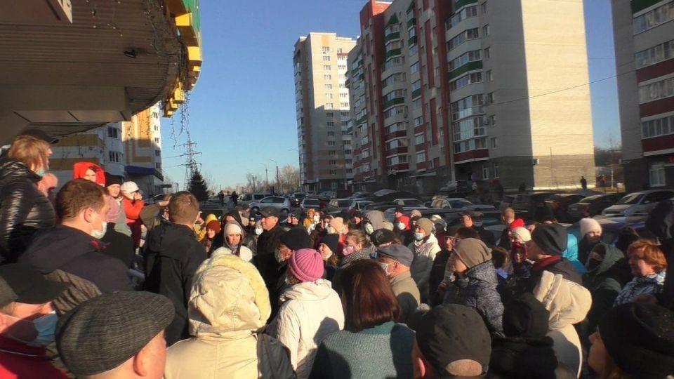 Собрание жителей домов на улице Гущина
