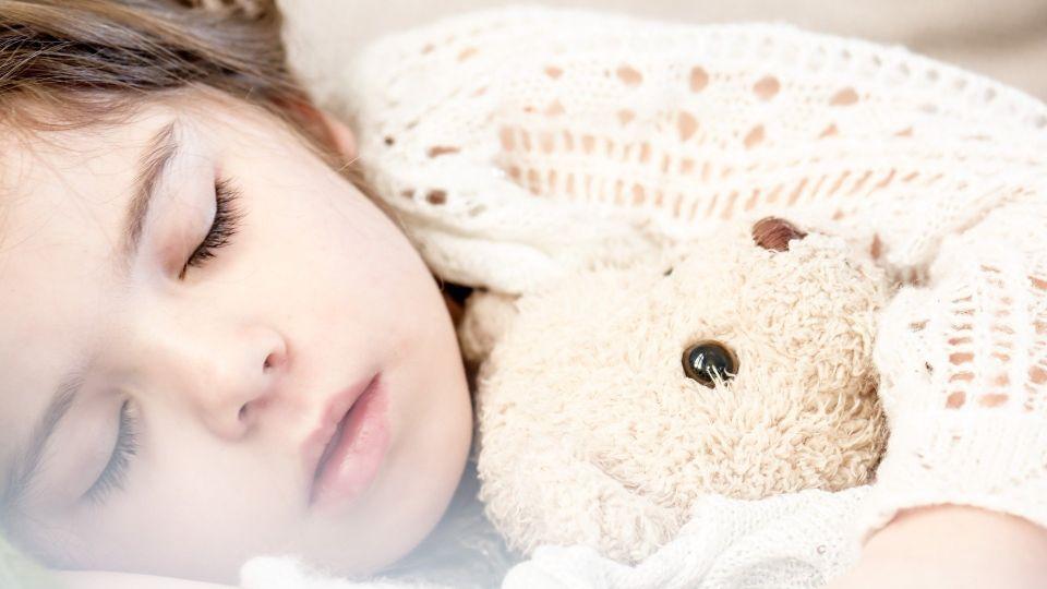 Девочка спит. Сон. Игрушка