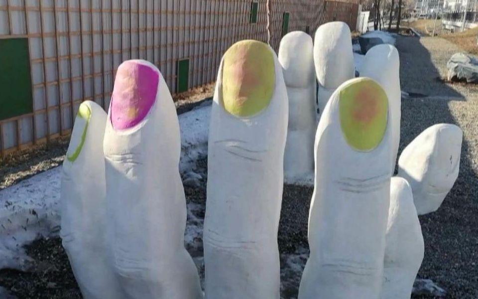 Записываемся на ноготочки: вандалы разрисовали арт-объект Руки в Барнауле