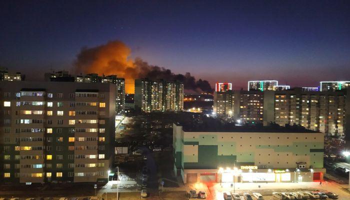 В Барнауле горит офисно-складской комплекс на Власихинской