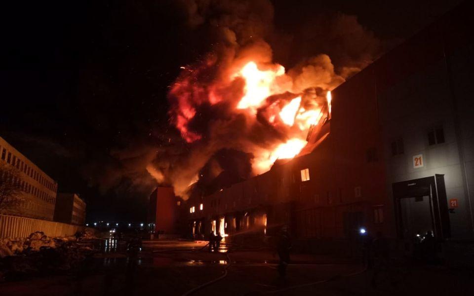 Момент взрыва в горящем складе Барнаула попал на видео