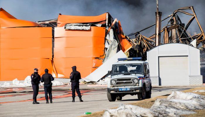 В МЧС рассказали, почему не смогли спасти от огня огромный склад в Барнауле