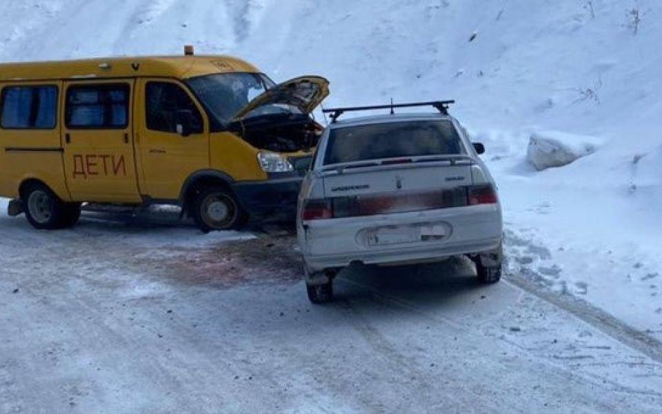 На Алтае школьный автобус с детьми попал в аварию
