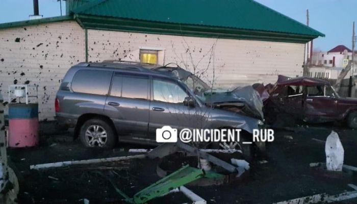Рубцовчанка погибла при столкновении Lexus с остановкой, забором, авто и домом