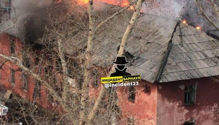 В Барнауле на Потоке загорелся нежилой многоквартирный дом