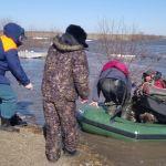 Алтайские спасатели спасли рыбаков из плена талых вод