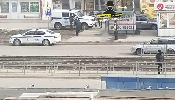 В Барнауле неизвестный ограбил офис микрозаймов и скрылся на автобусе