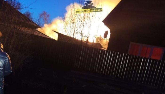 Пожарные два часа тушили частные дома в Новоалтайске - выгорели два жилья