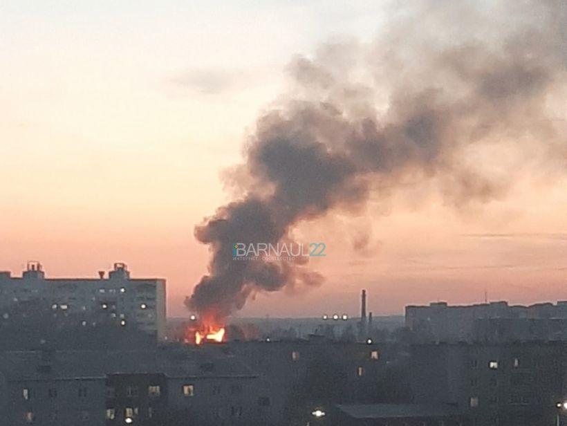 Пожар в Новоалтайске Фото:vk.com/incident22, vk.com/barneos22
