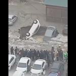 В Санкт-Петербурге три машины засосало в яму с кипятком